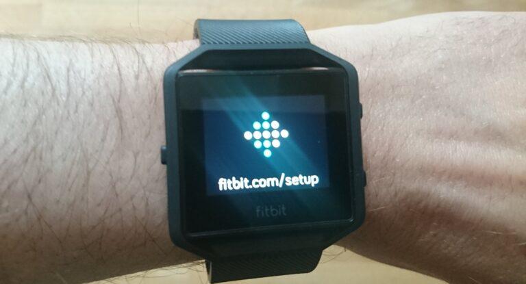 Aufgesetzt und angeschaltet: Die Fitbit Blaze im Setup-Modus (Bild: Peter Giesecke)