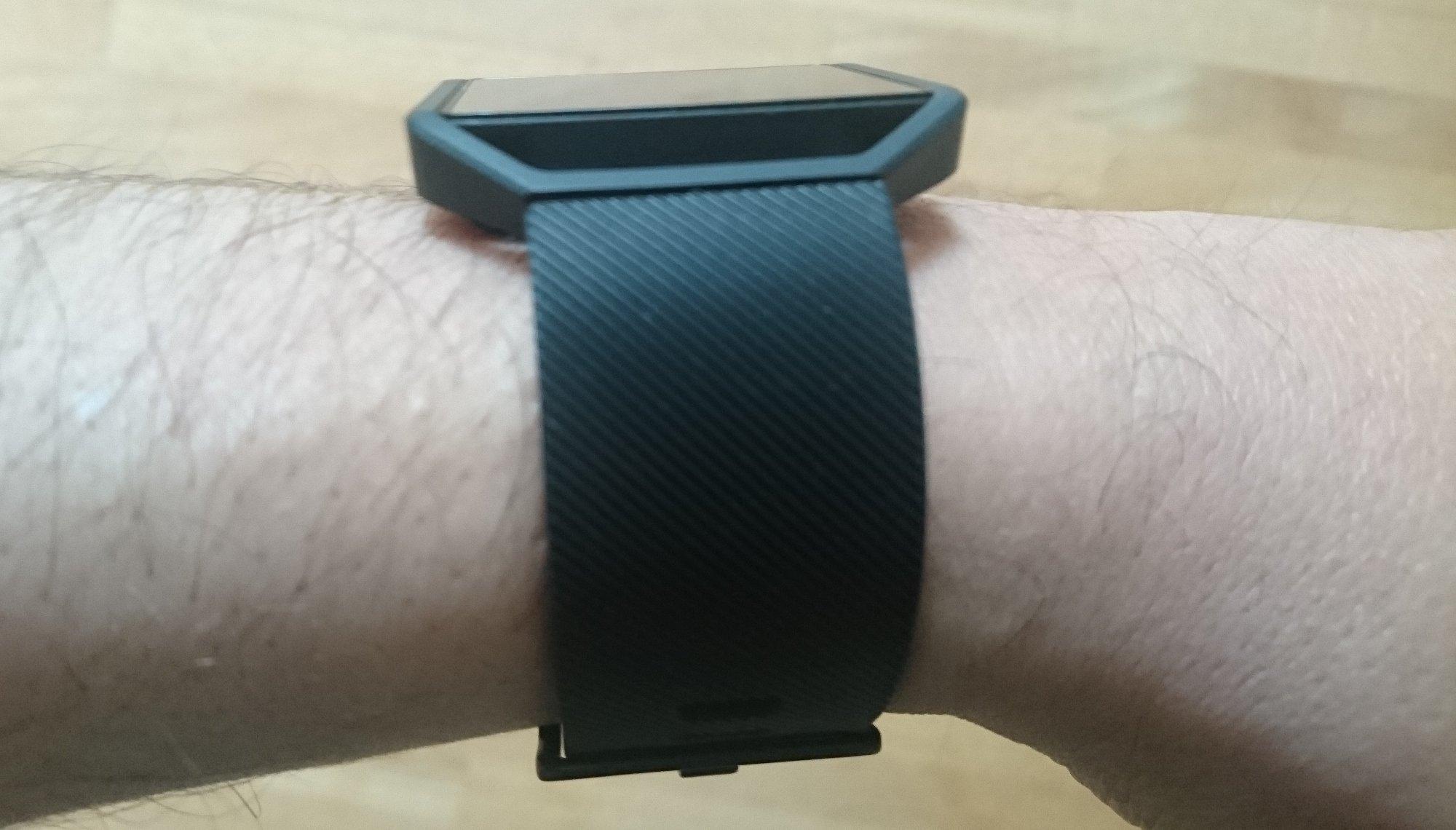 Die Fitbit Blaze am Handgelenk trägt nicht gerade wenig auf (Bild: Peter Giesecke)