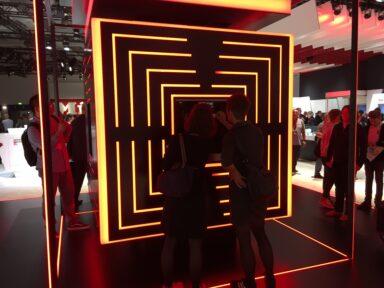 Zwei Besucher vor einem Cube mit der Miele-Weltneuheit Dialoggaren