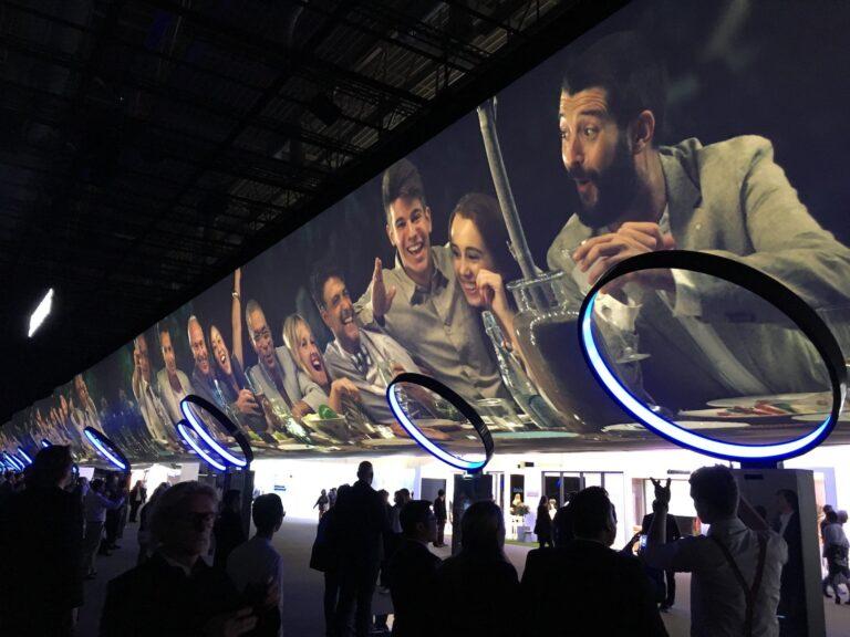 Samsung begrüßt Besucher der eigenen Halle mit einer pompösen Videowall