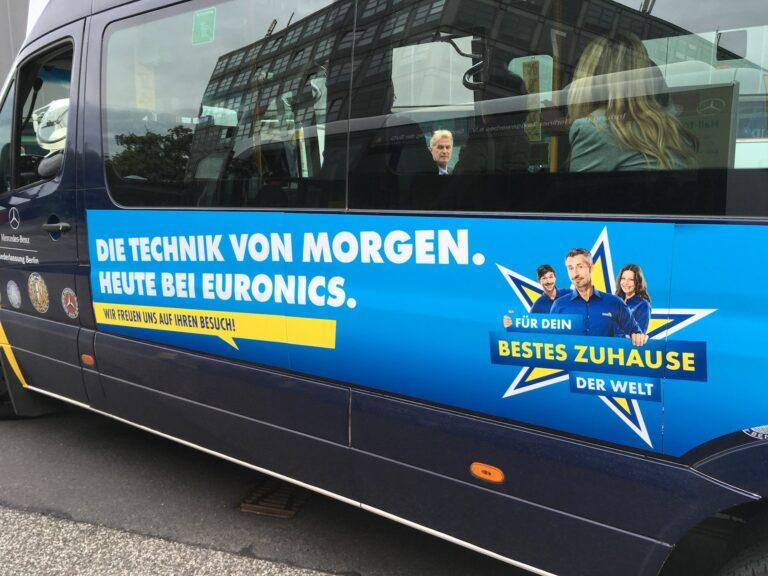 Ein IFA-Shuttle-Bus mit Euronics-Werbung.