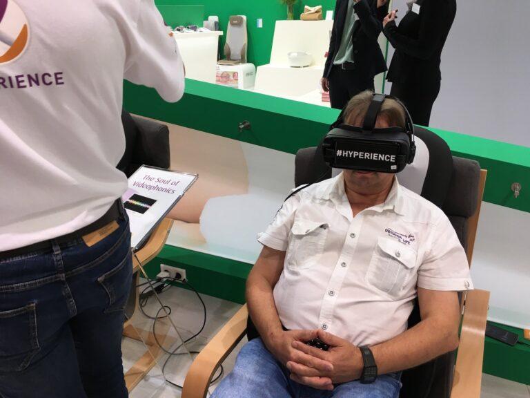 Messebesucher mit Virtual-Reality-Brille