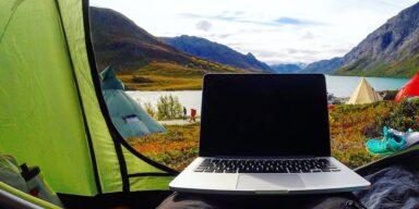 Laptop Zelt Natur (Bild: Pixabay/StockSnap)