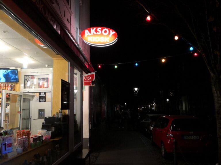 Soll alles gut ausgeleuchtet sind, ist das Kiosk-Schild nicht komplett lesbar.