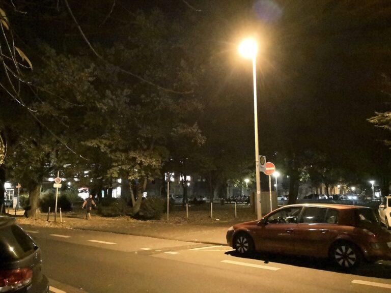 Dieses Abendbild rauscht stark und das Licht der Lampe wirkt ausgefranst.