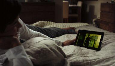 Netflix auf dem Smartphone im Bett schauen (Bild: Netflix)