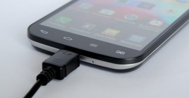 Smartphone mit USB-Kabel (Bild: Pixabay)