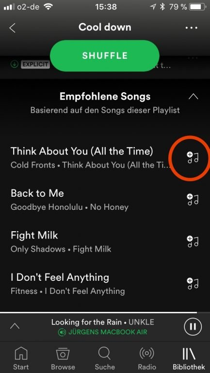 So fügt ihr in der Spotify-App eurer Playlist einen Song hinzu.