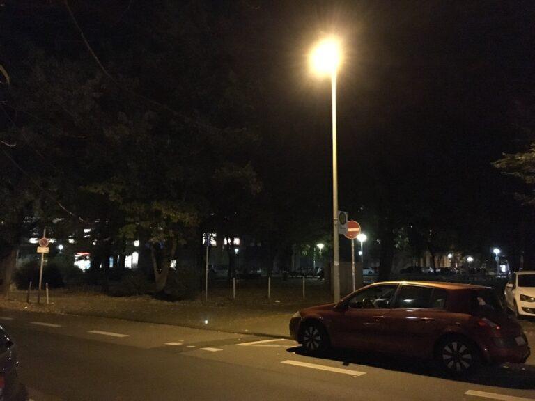 Beim Straßenlaternen-Motiv hat das iPhone SE ähnliche Probleme wie das Mate 10 Pro.
