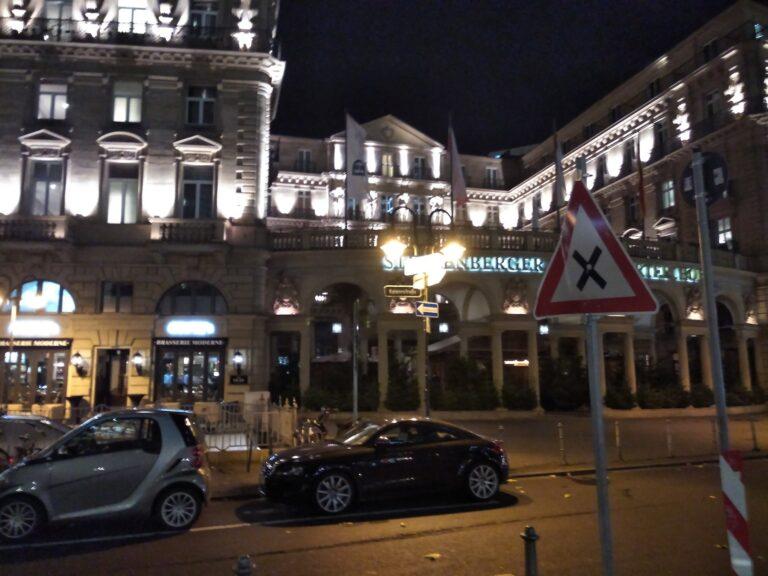Ein gut ausgeleuchtetes Hotel in einer gut ausgeleuchteten Frankfurter Einkaufsstraße. Dafür ein enttäuschendes Bild.