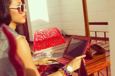 Frau mit Tablet (Bild: Unsplash/Tatiana Niño)