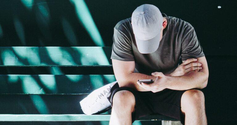 Mann mit Smartphone (Bild: Unsplash/@courtneyrclayton)