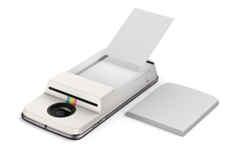 Eine 10er Ladung Fotos passt direkt in den Polaroid Insta Share Moto Mod