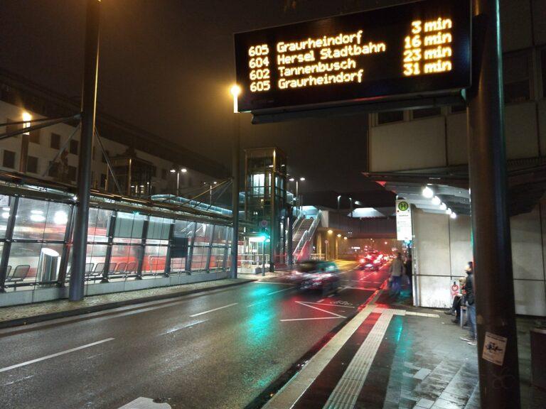 Das Moto X4 nimmt Fotos nachts offenbar mit einer sehr hohen Verschlusszeit auf. Bewegungen wie von Autos oder Fußgängern werden nur schemenhaft aufgezeichnet.