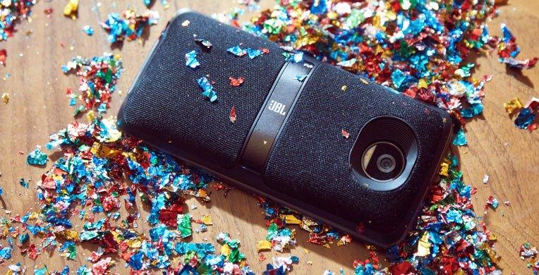 Alternative: JBL SoundBoost 2 mit einer Aussparung für die Kamera.