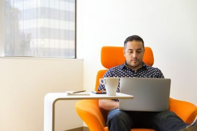 Mann mit Laptop (Bild: Unsplash/linkedinsalesnavigator)