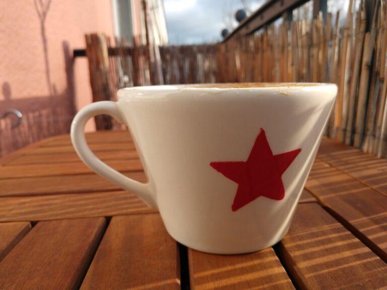 Kaffeetasse mit selektiver Schärfe aufgenommen.
