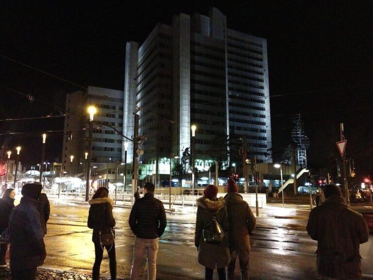 Eine Nachtaufnahme mit dem Moto Z2 Force vor dem Bonner Stadthaus