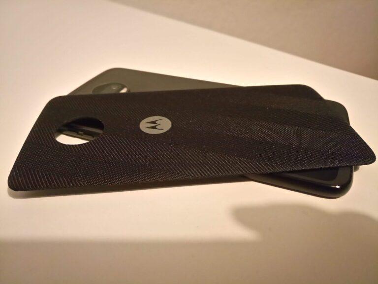 Das Moto Style Shell bringt dem Moto Z2 Force induktives Laden bei. Nebenbei schließt es genau mit der herausragenden Kamera ab. Warum nur hat Motorola das Gerät nicht gleich etwas dicker gebaut?