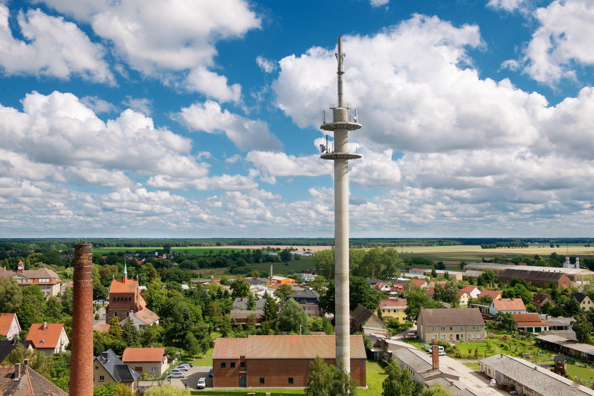 LTE-Basisstationen stehen auf dem Land manchmal ziemlich einsam herum, versorgen aber ein ziemlich großes Gebiet mit schnellem Internet (Bild: Telekom)