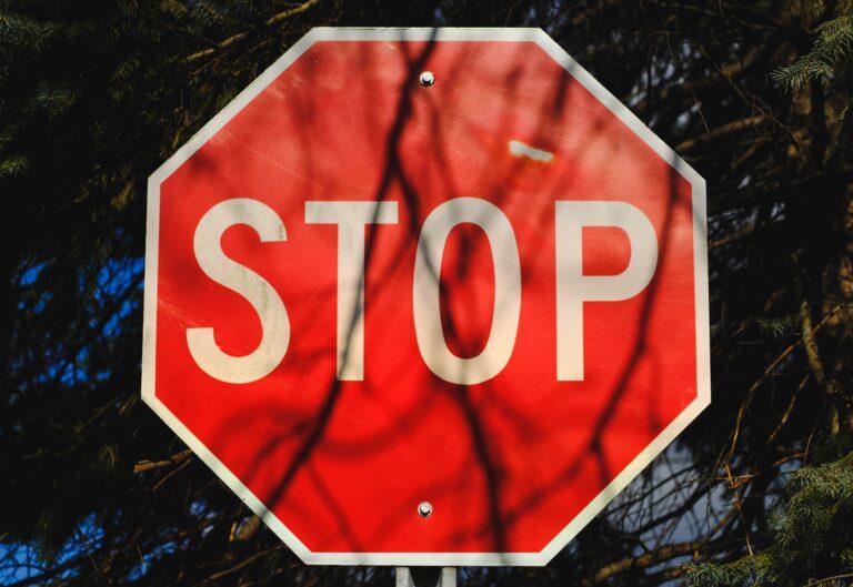 Stop-Schild (Bild: Unsplash/michaelmroczek)