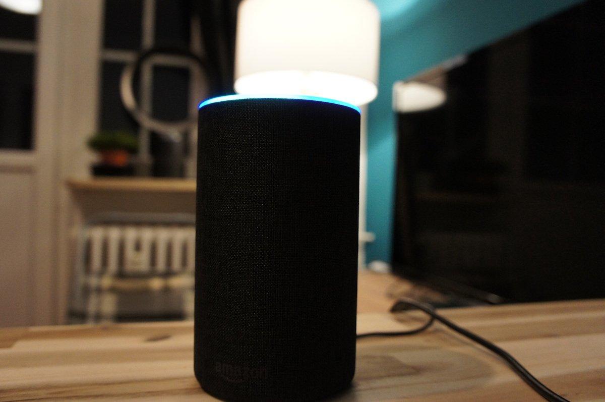 Amazon Echo mit Alexa im Wohnzimmer