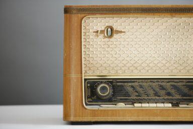 Antikes Radio (Bild: Pixabay/AlexLoban)