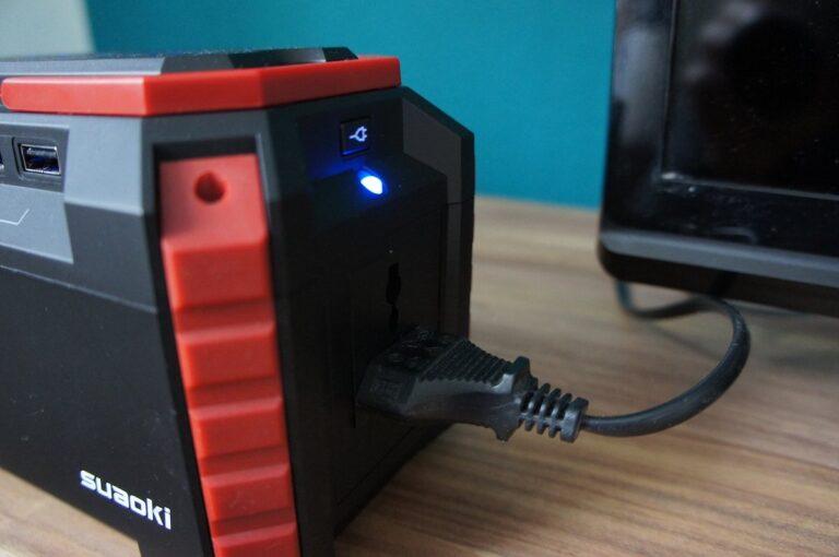 Kabel rein und los geht's: Die Powerbank hat eine AC-Steckdose und liefert auf Wunsch Wechselstrom.