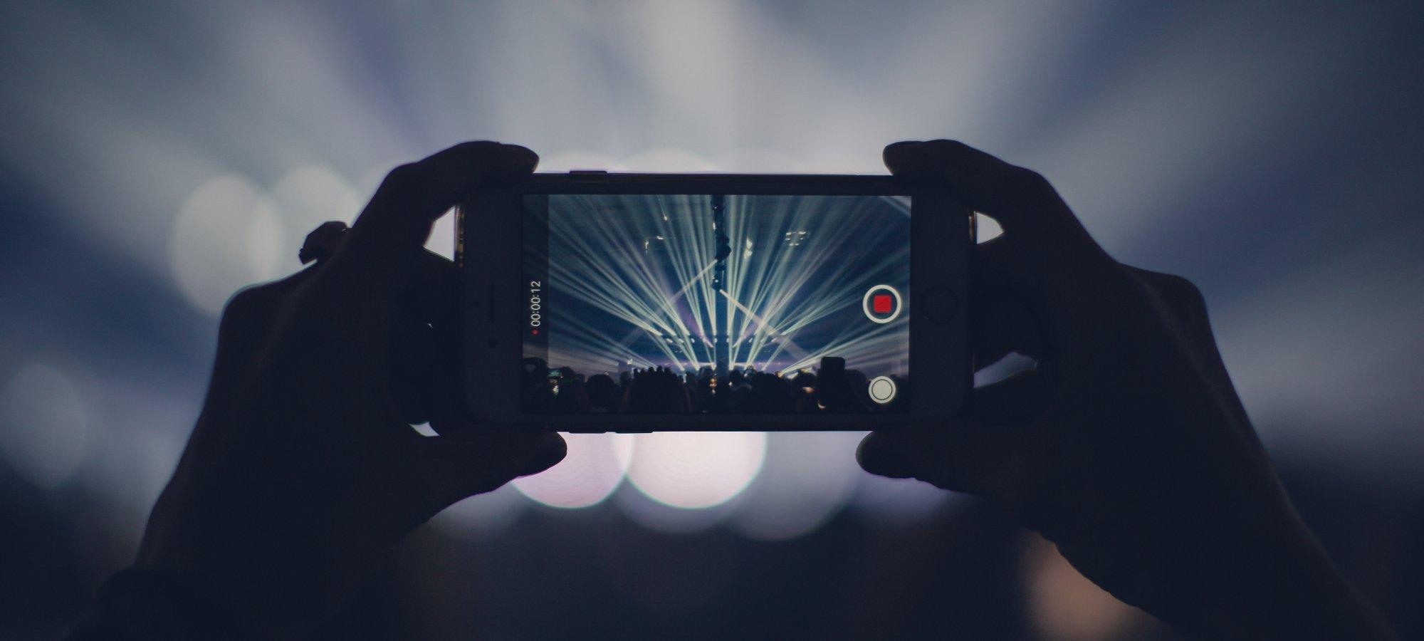 5G ermöglicht ruckelfreie Live-Übertragungen von Konzerten mit dem Smartphone (Bild: Pexels/veeterzy)