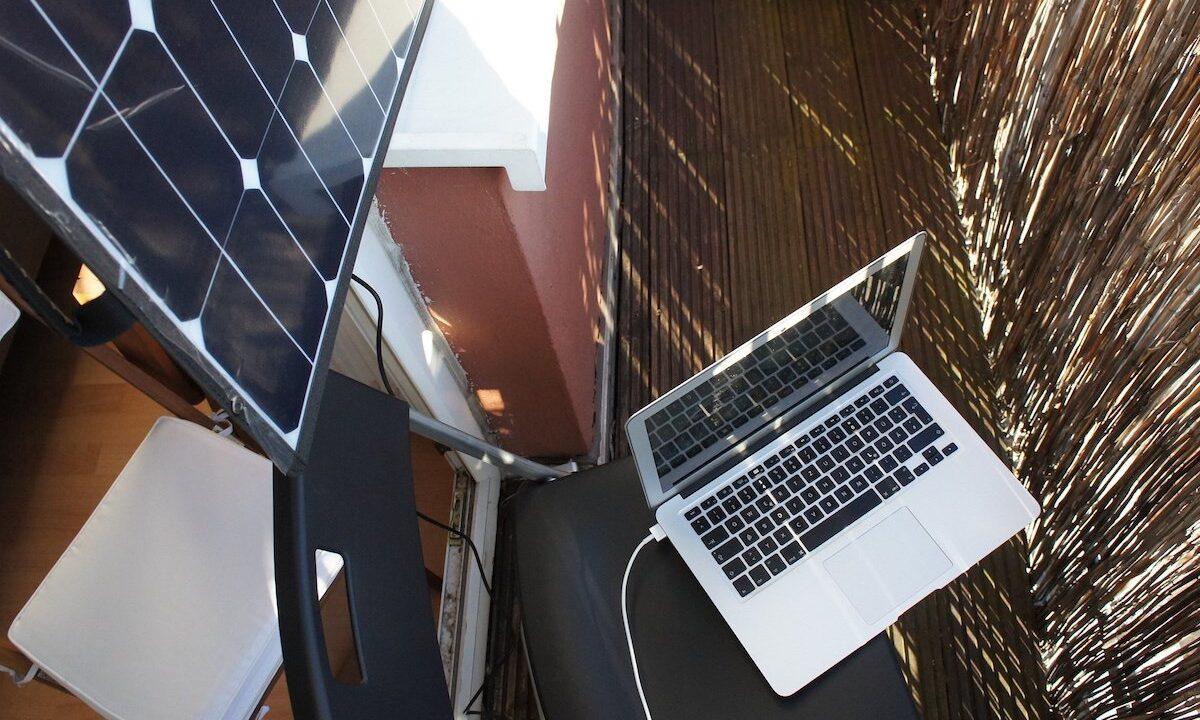 Erfahrungsbericht: Den Laptop an einem Solarpanel aufzuladen, hat etwas Magisches