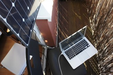 Laptop am Solarpanel aufladen