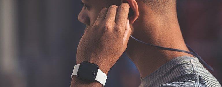 Die Fitbit Versa speichert mehr als 300 Musikstücke