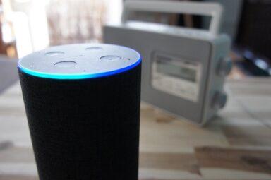 Amazon Echo und ein Radio