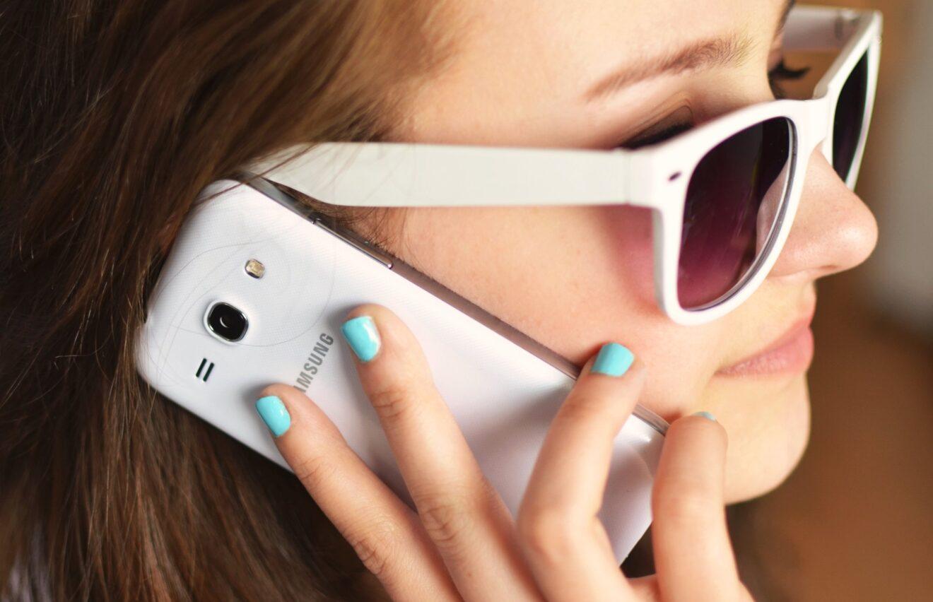 Frau mit Smartphone (Bild: Pexels/Breakingpic)