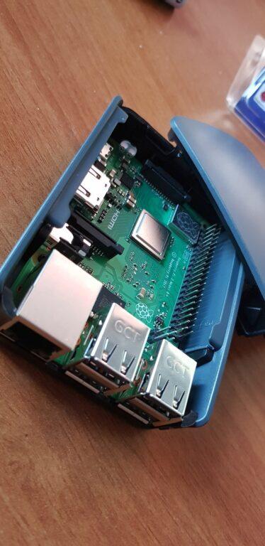 Der Raspberry Pi im Gehäuse. Einen Deckel gibt es natürlich auch. (Foto: Sven Wernicke)