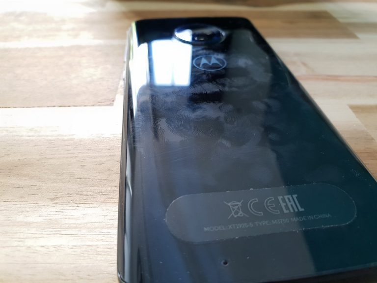 Glasrückseite des Moto G6: Leider etwas anfällig für Fingerabdrücke