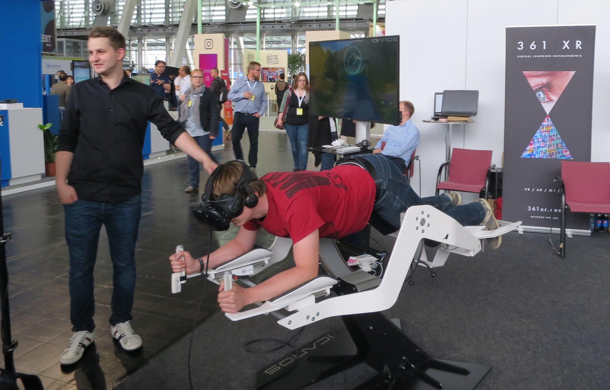 Superman-Feeling und Fitnessgerät in einem: Mit Bewegungen des eigenen Körpers durch VR-Welten steuern (Bild: Peter Giesecke)