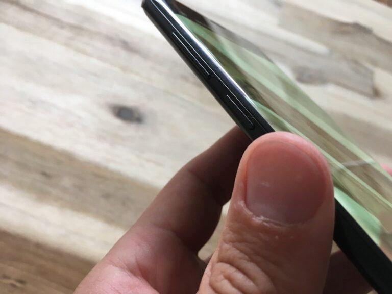 Der Bixby-Button ist so blöde am Gehäuse des Galaxy S9+ angebracht, das man ihn immer wieder versehentlich drückt oder das Smartphone unnatürlich halten muss.