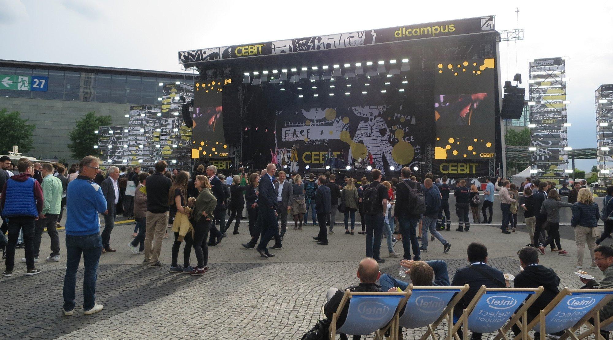 Superorganism auf der Cebit-Bühne: Super Band, doch nur wenige interessiert es (Bild: Peter Giesecke)