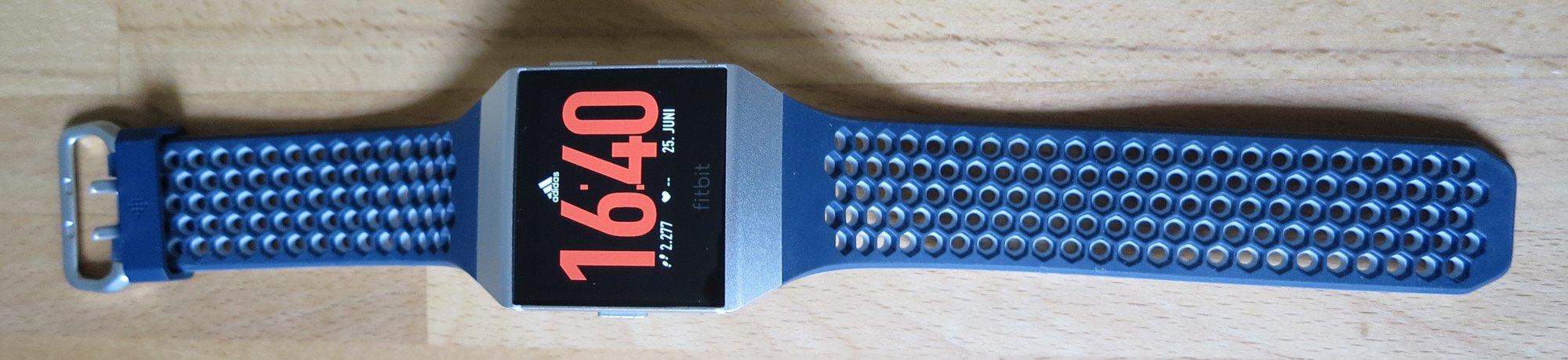 Das Sportarmband der Fitbit Ionic adidas Edition ist wesentlich flexibler (Bild: Peter Giesecke)
