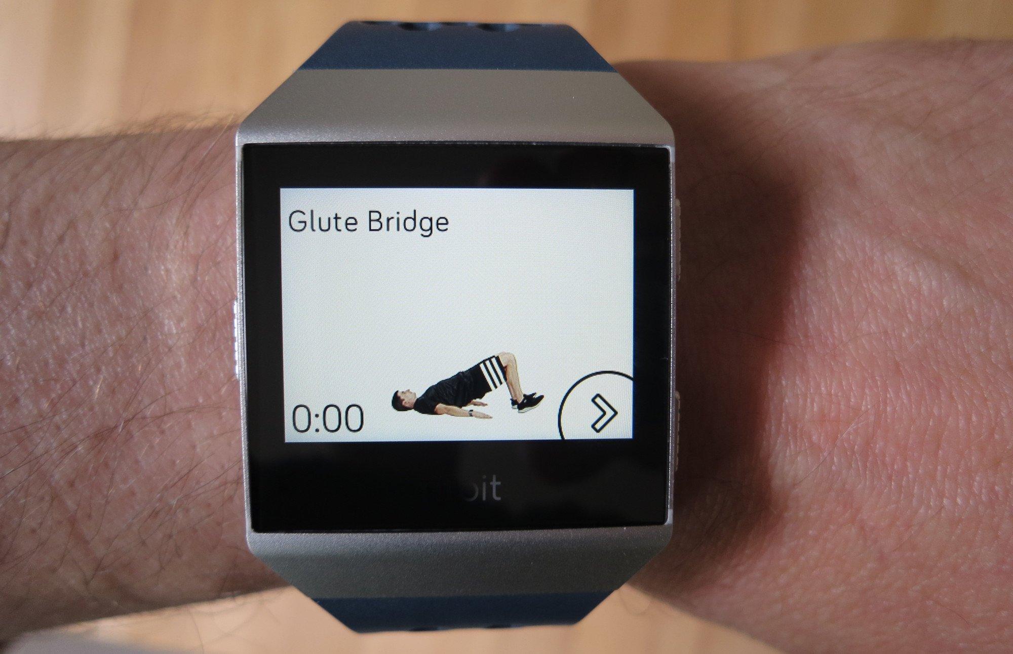Fitbit Ionic adidas Edition: Man muss schon wissen, wie die Übung geht, die die Train-App in einem kurzen Video zeigt (Bild: Peter Giesecke)