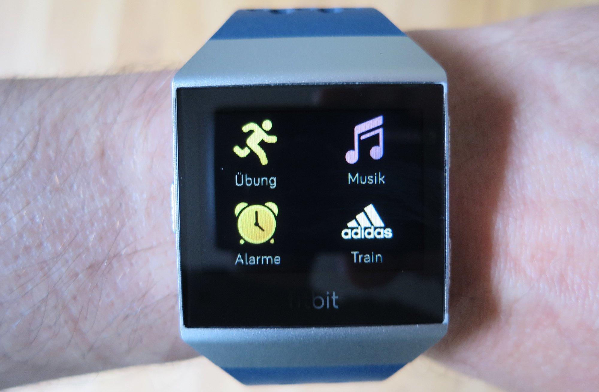 Die Train-App hat auf der Fitbit Ionic adidas Edition einen prominenten Platz erhalten (Bild: Peter Giesecke)