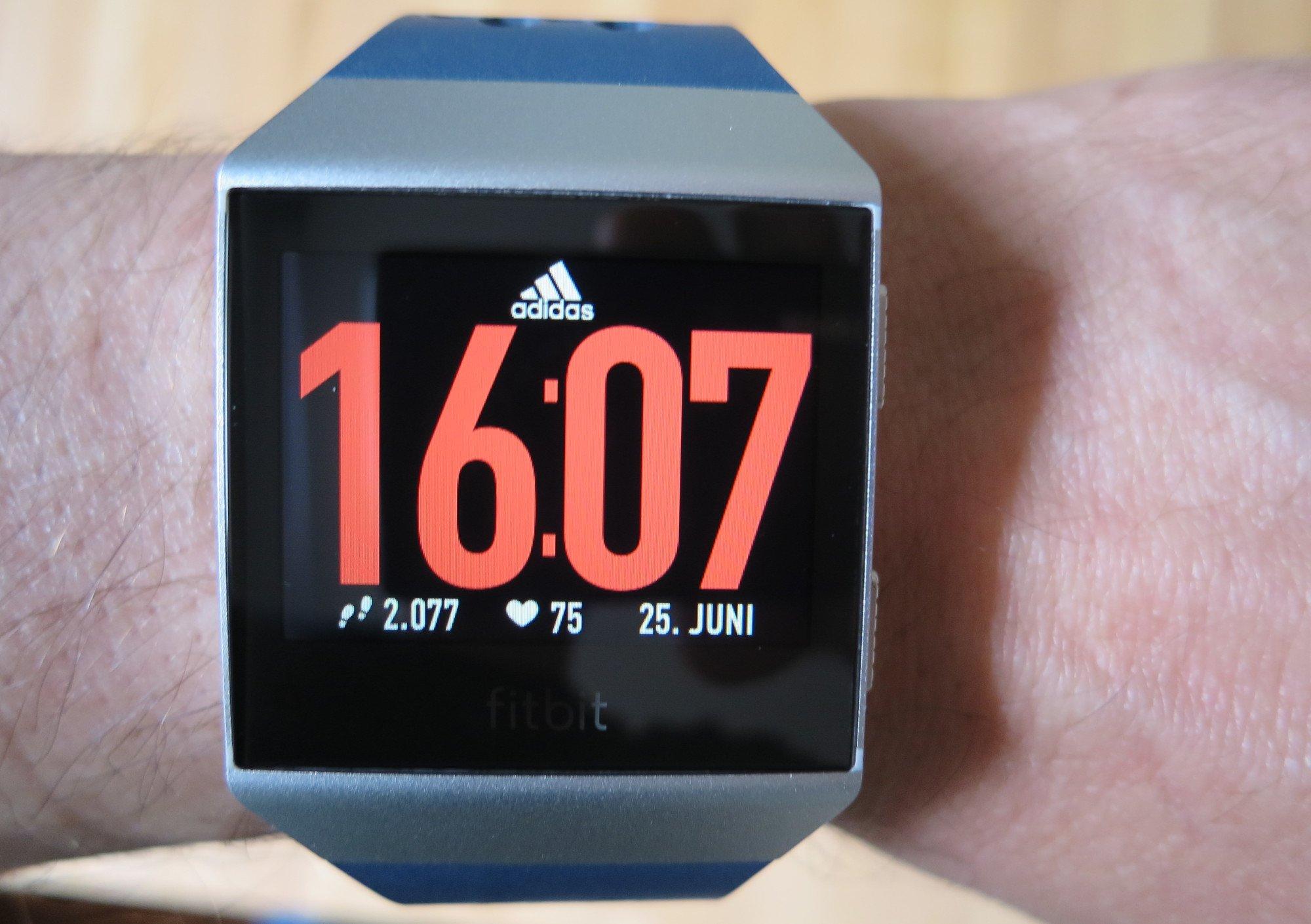 Fitbit Ionic adidas Edition mit neuem Watchface, das wie eine Startnummer beim Lauf wirkt (Bild: Peter Giesecke)
