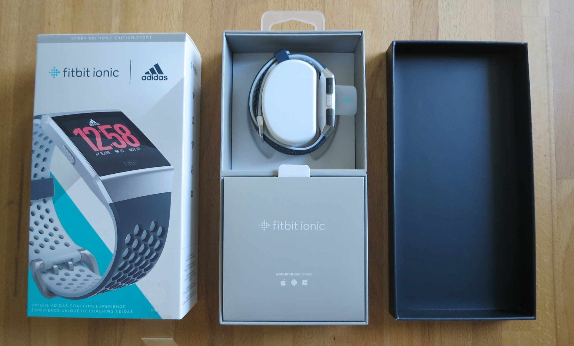 Fitbit Ionic adidas Edition beim Unboxing (Bild: Peter Giesecke)