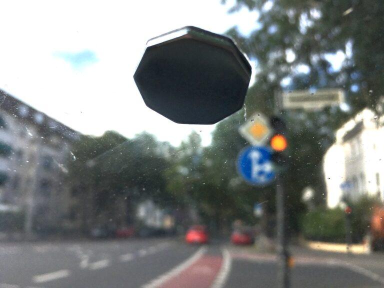Die Garmin Dashcams 55 und 65 werden mit einer Magnethalterung befestigt. Das verklebte Metallplättchen lässt sich nur noch schwer ablösen.