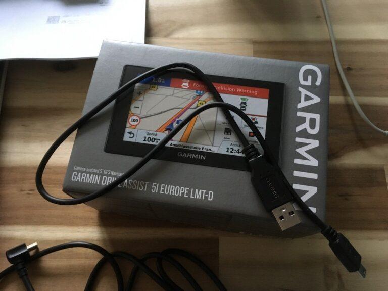 Das mitgelieferte USB-Kabel ist sehr kurz und eignet sich nur für das Verbinden des Navis mit einem Laptop.