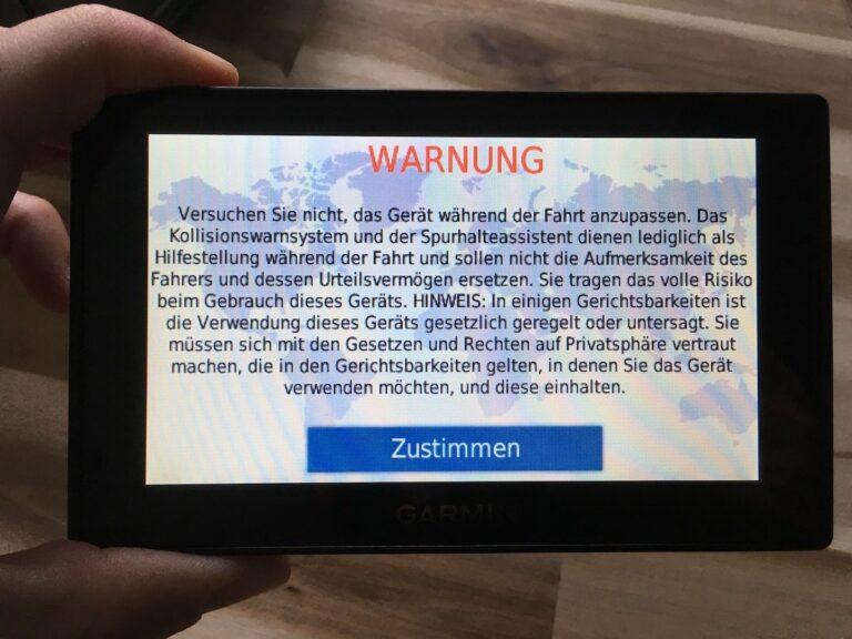 """Dieser """"Begrüßungsbildschirm"""" muss bei JEDEM Start des Drive Assist 51 bestätigt werden. Alternativ kann man 15 Sekunden warten. Mag rechtlich wichtig sein, nutzerfreundlich ist es nicht."""