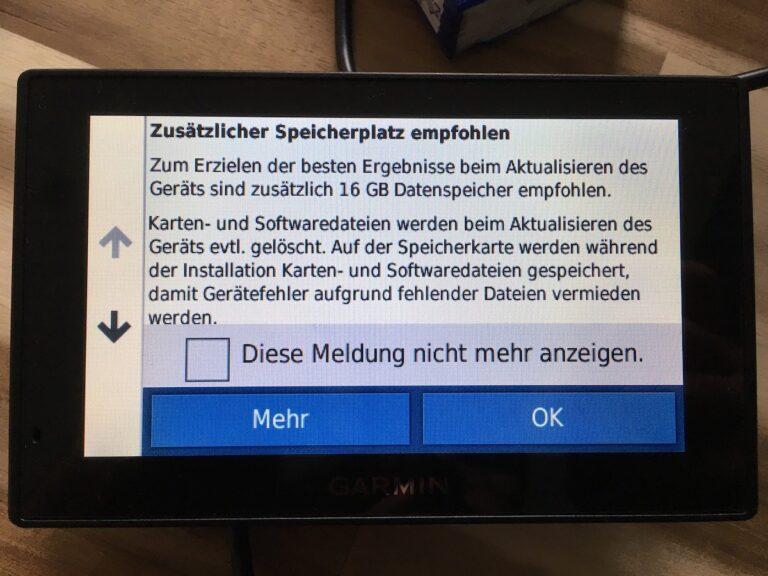 Garmin stattet den Drive Assist 51 von Haus aus mit wenig internem Speicher aus. Man muss mit einer MicroSD-Karte aufrüsten, um überhaupt vernünftig updaten zu können.