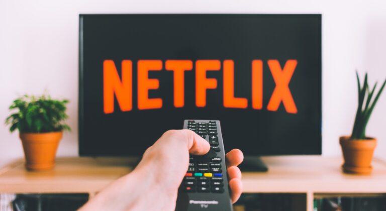 Netflix mit Fernbedienung (Bild: Unsplash/freestocks)