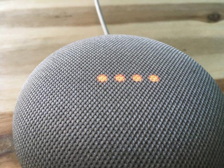 Bei ausgeschaltetem Mikrofon meldet sich der Google Home Mini mit rot leuchtenden Tasten.